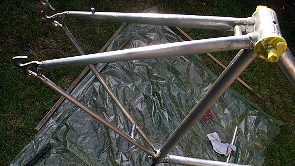 Décaper son cadre de vélo au savon de soude et à la colle à tapisser
