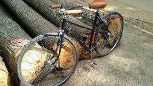 Vélo noir vintage cuir et chrome