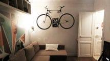 Ranger son singlespeed sur le mur de son studio