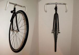 Un vélo accroché au mur comme une oeuvre d'art !