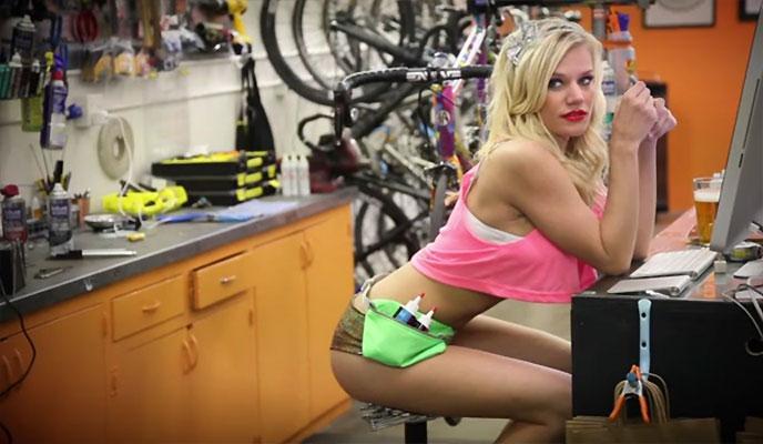 Sexe + vélo = vidéo pour du lubrifiant !