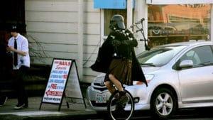 Dark Vador joue de la cornemuse sur son monocycle