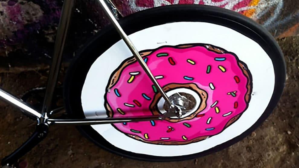 Donuts fixie et le concept de la roue intégrale en carton !