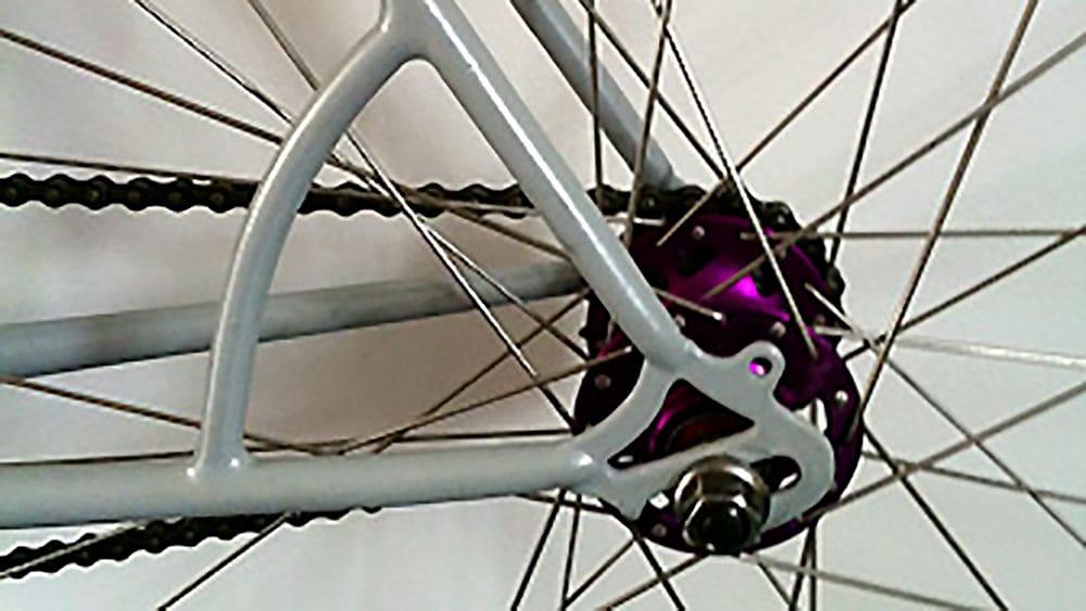 Montage d'un fixie blanc, gris et violet