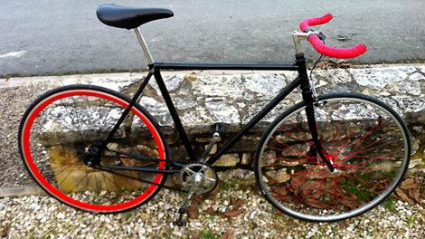 Conversion d'un Peugeot en pignon fixe noir et rouge