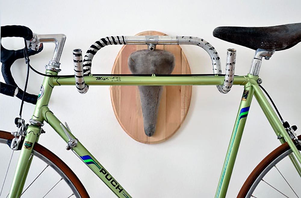 Andreas Schieger et ses trophées de vélo avec guidon et selle