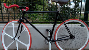 Vélo fixie pignon fixe black white red de notre internaute !