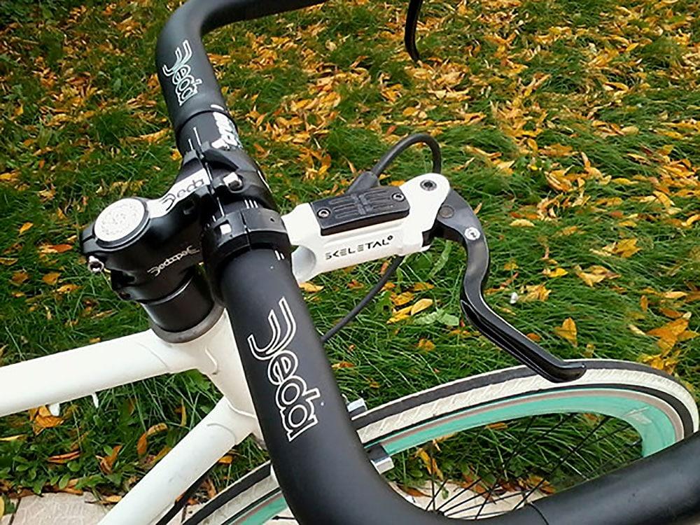 Vélo fixie avec freinage à disque sur pédalier