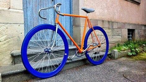 Vélo fixie pignon fixe Motobécane orange et bleu