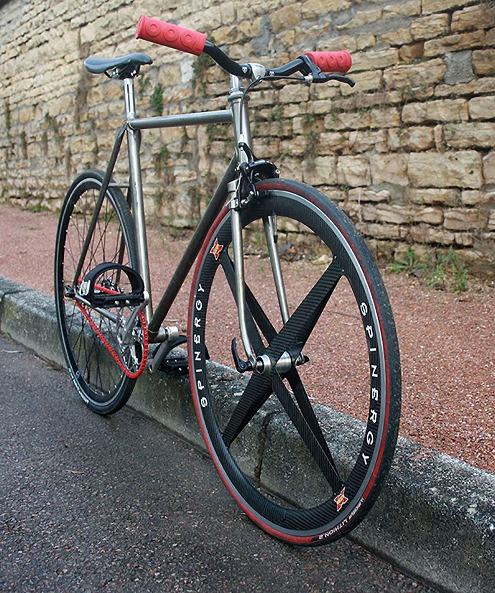 Montage d'un vélo pignon fixe urbain sur la ville de Dijon