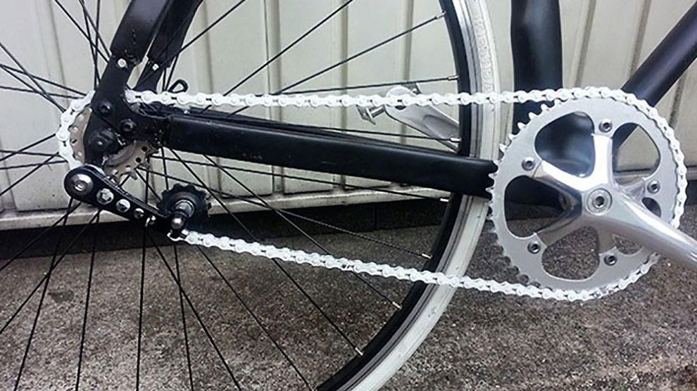 Montage d'un ajusteur ou tendeur de chaine pour vélo