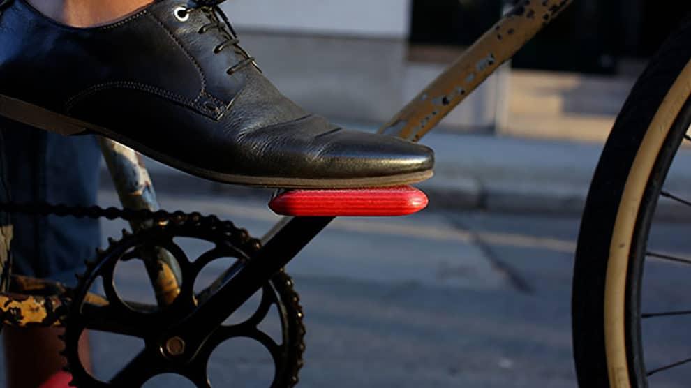 Les pédales en bois de chez Moto Bicycle en couleur !
