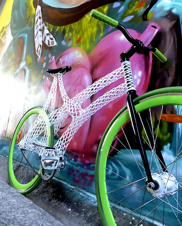 Un vélo fixie avec un cadre produit par une imprimante 3D