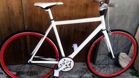 Vélo pignon fixe rouge et blanc venant du sud de la France