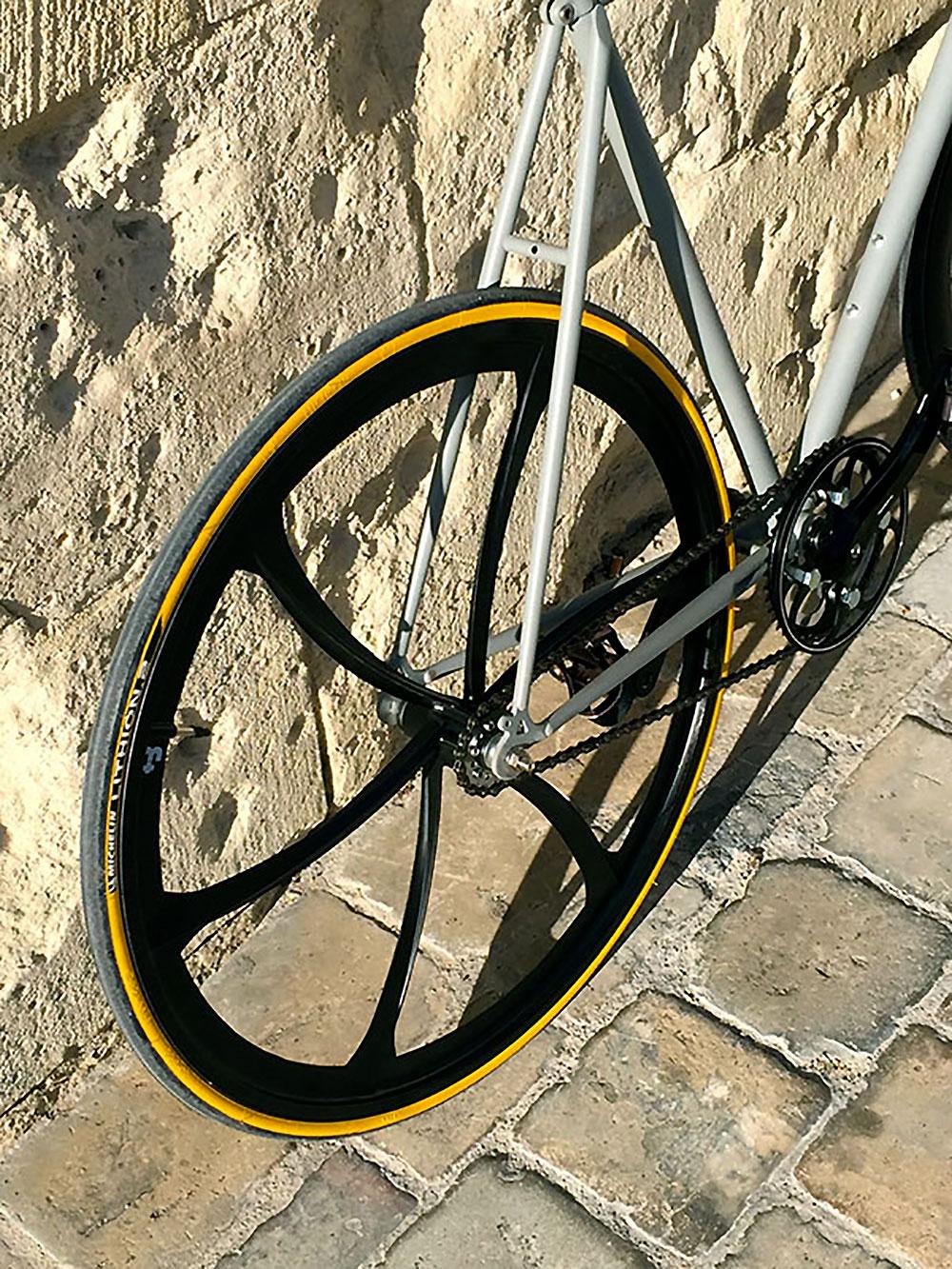 Vieux vélo Peugeot PH501 Le Ventoux devenu un fixie urbain