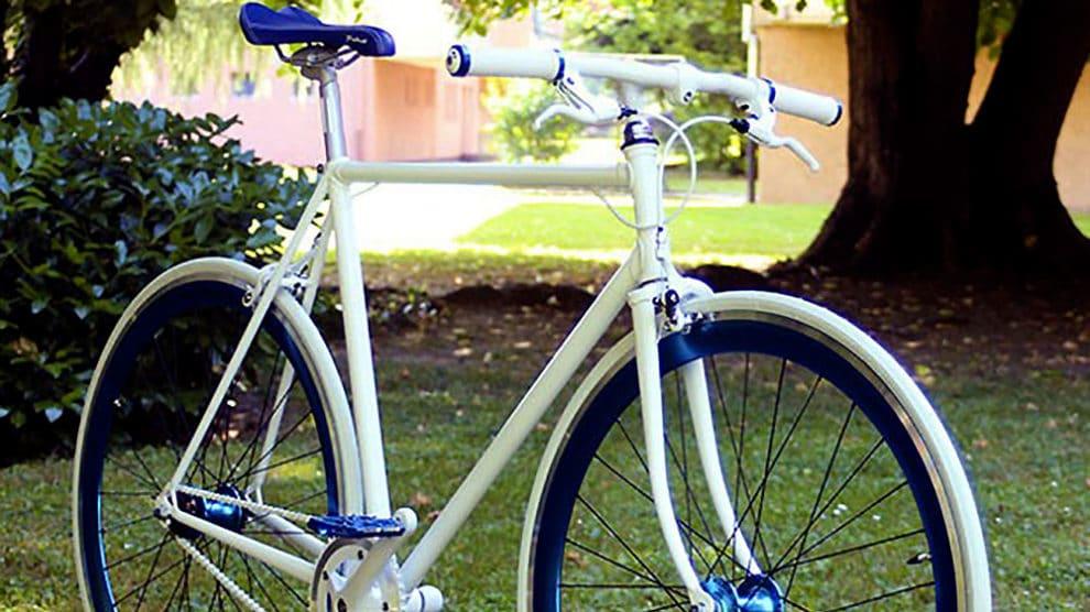 Montage d'un vélo singlespeed bleu et blanc made in Strasbourg