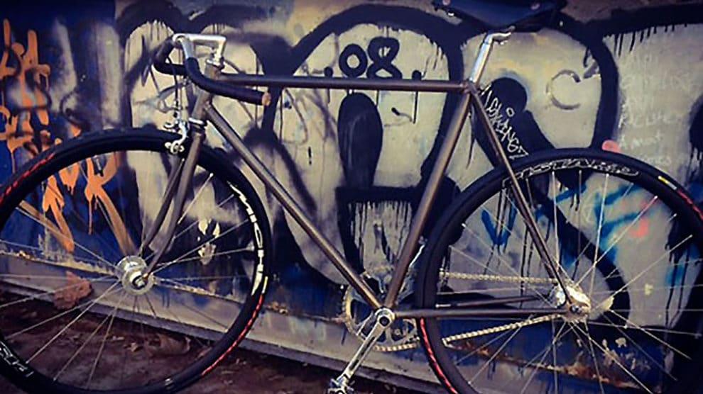 """Vélo pignon fixe urbain au cadre brut de brut """"no paint"""""""