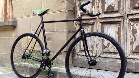 """Pignon fixe """"Heineken"""" sur la base d'un vélo de course Peugeot"""