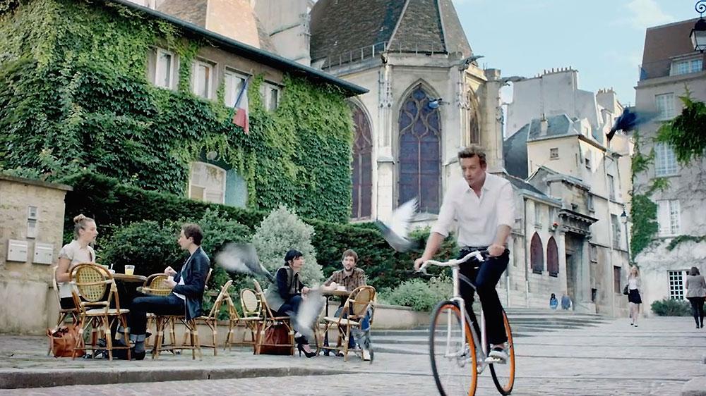 Simon Baker au guidon d'un vélo Victoire pour Givenchy
