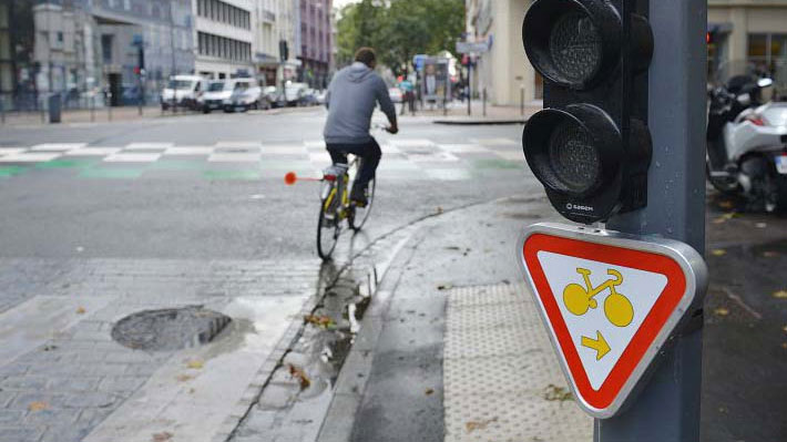 Mode d'emploi sur le panneau cédez le passage cycliste