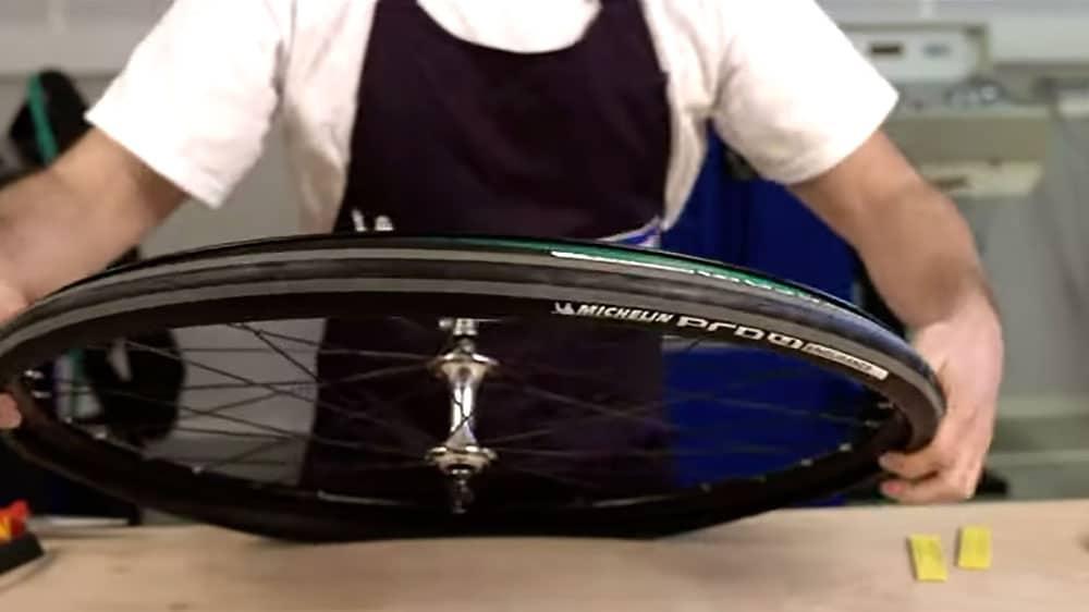 Vidéo du montage d'un pneu de route avec chambre à air