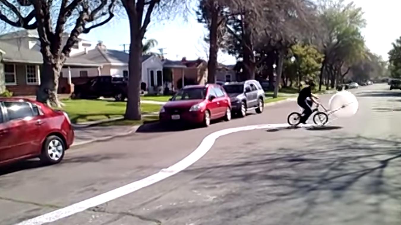 Un truc fun, éclater du papier à bulles à vélo !