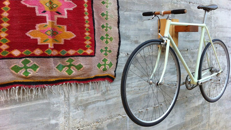 Wood Loops propose des supports de vélos muraux