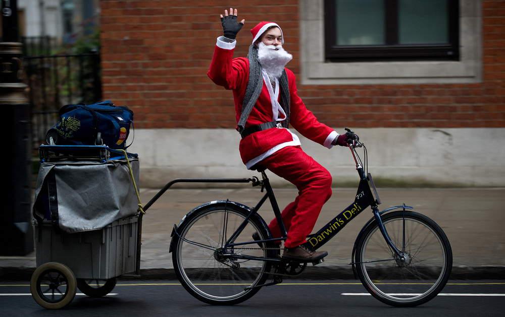 Des photos de pères Noël et des vélos urbains