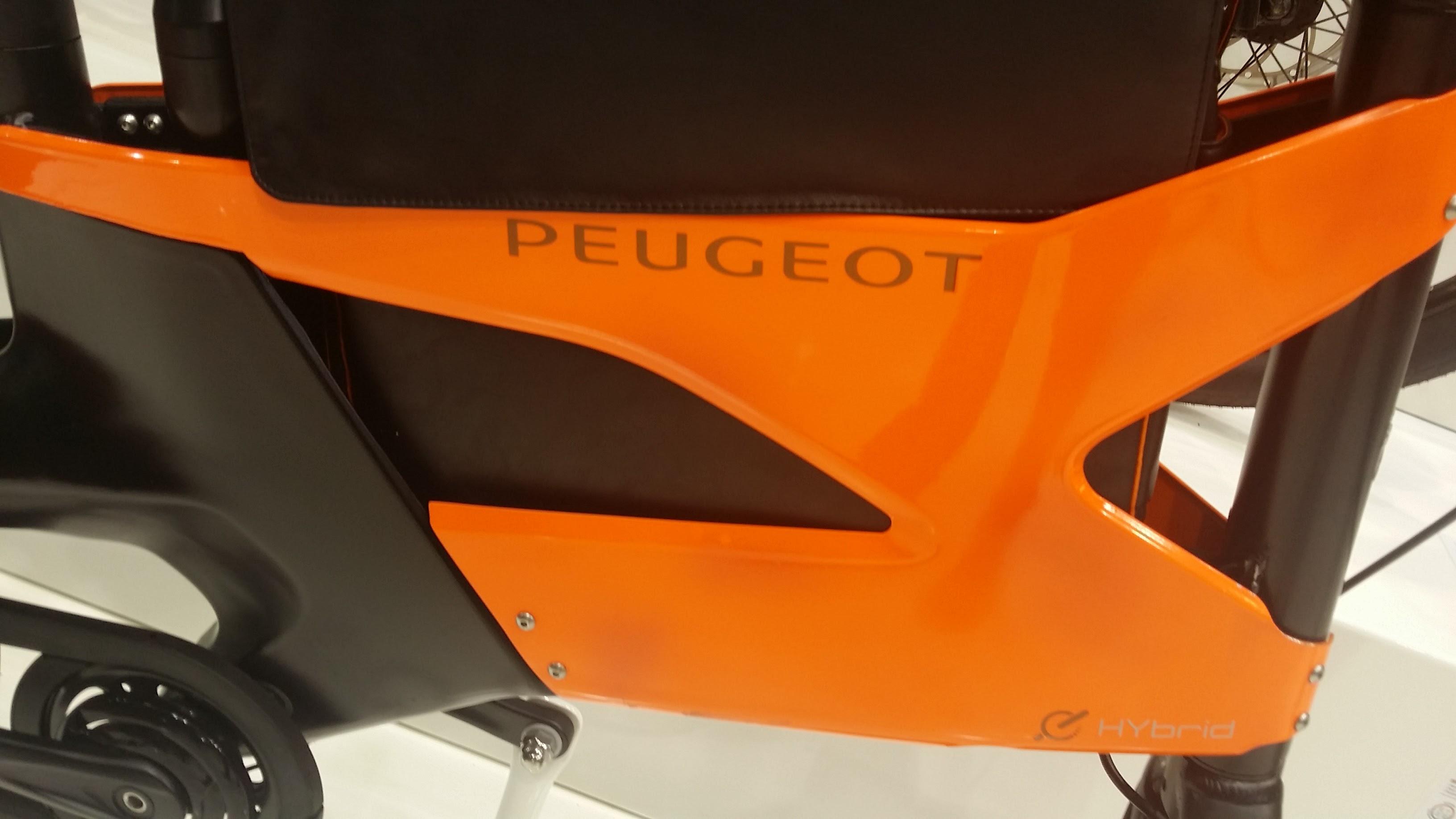 Le vélo urbain HYbrid Bike AE21 de chez Peugeot