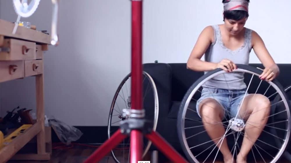 Elle monte son vélo singlespeed et filme toutes les étapes