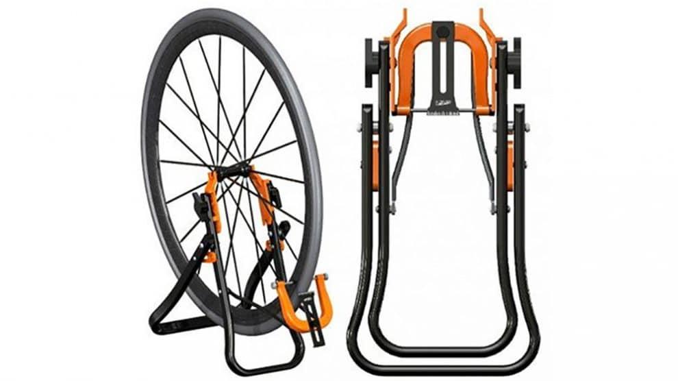 d voiler sa roue de v lo avec le pied de centrage super b. Black Bedroom Furniture Sets. Home Design Ideas