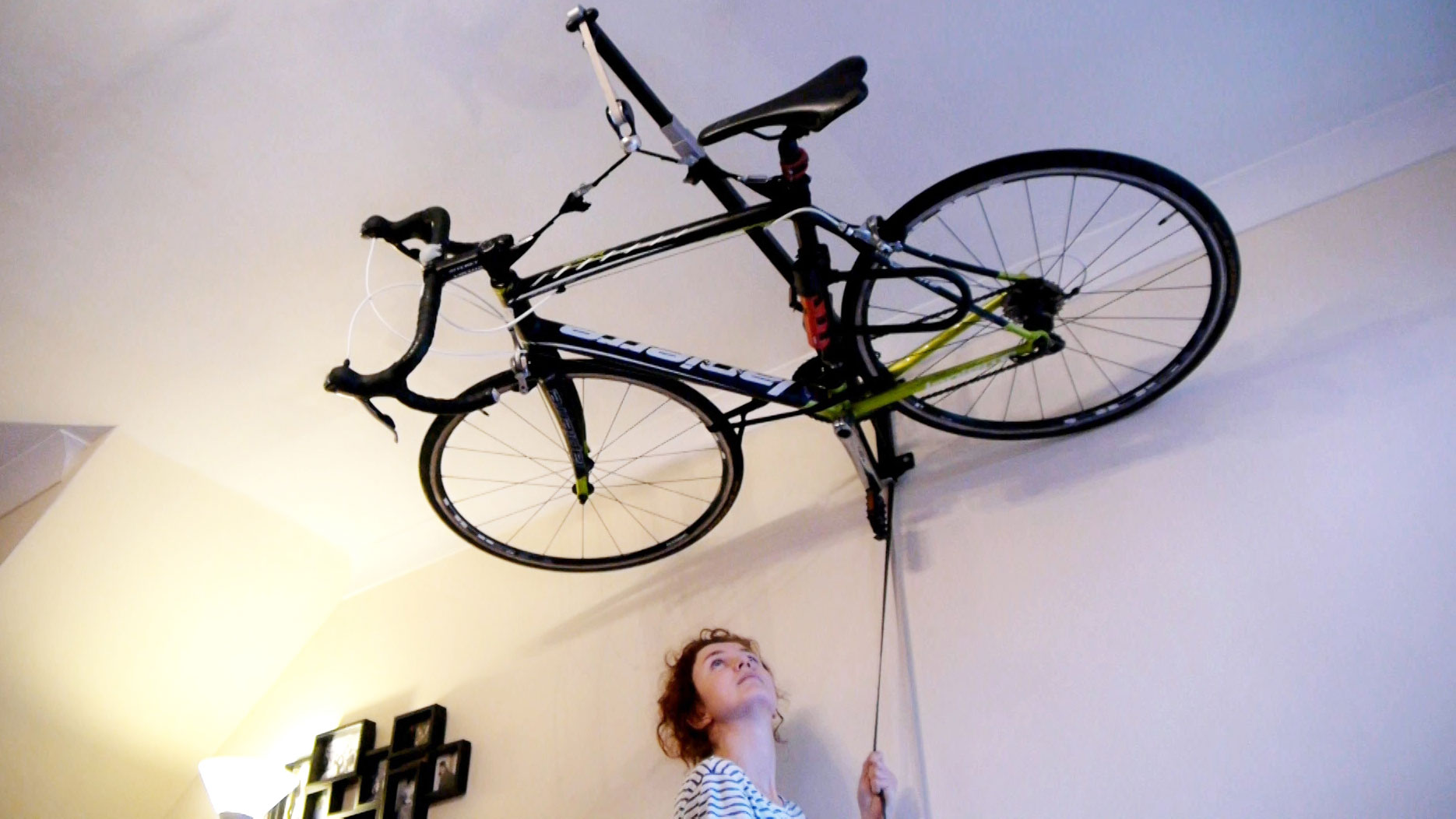 ranger son v lo au plafond c 39 est maintenant possible. Black Bedroom Furniture Sets. Home Design Ideas