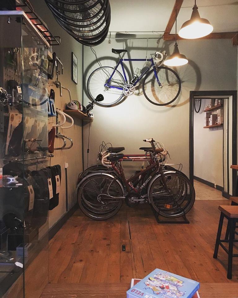 Boire un café en attendant la réparation de son vélo !