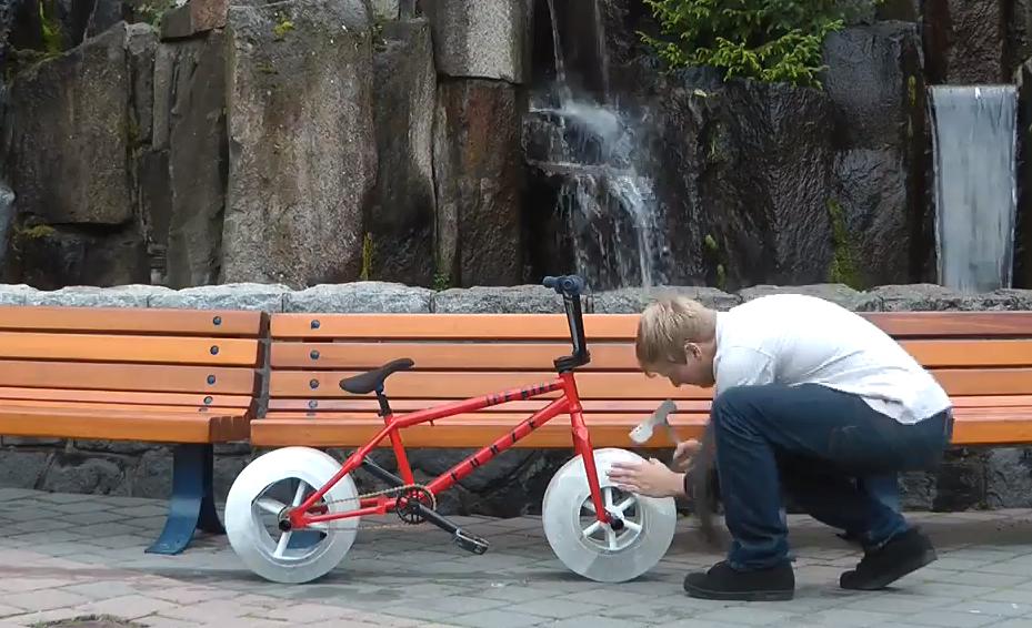 Il invente un vélo avec des roues en glace !