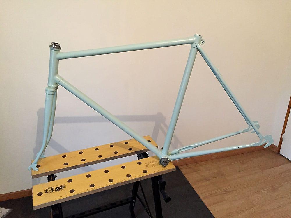 Montage d'un vélo à pignon fixe urbain bleu et marron