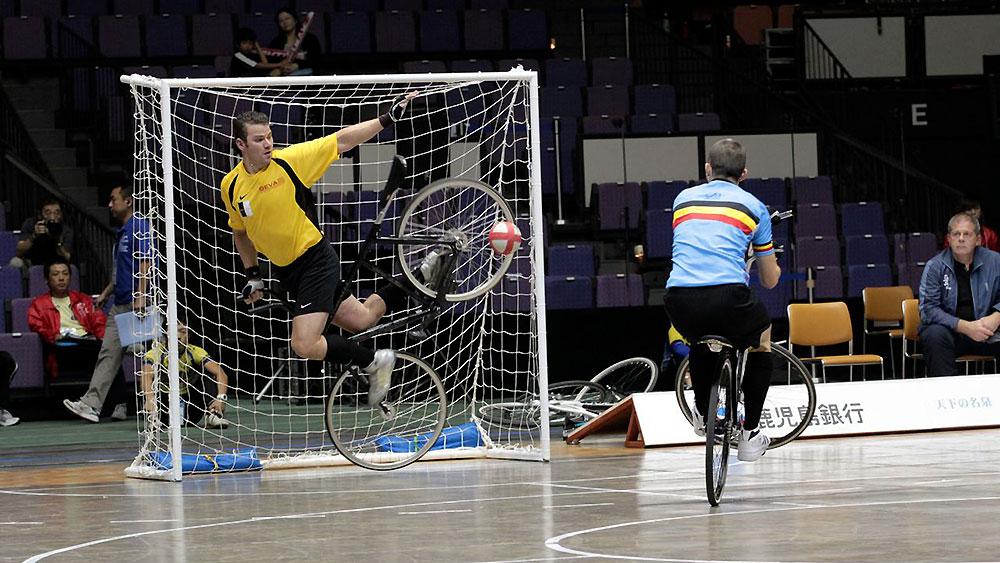 Le cycle-ball, un sport incroyable mélangeant le vélo et le foot