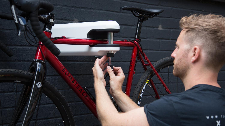 Hiplok Airlok, le support mural de vélo qui fait aussi antivol