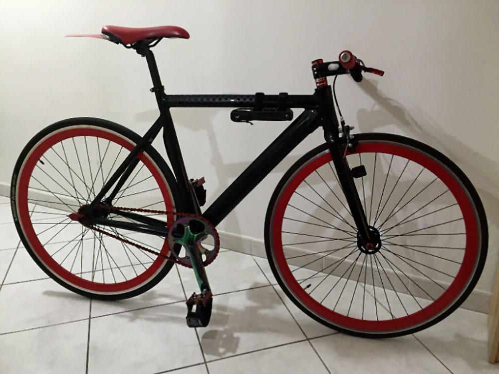 Montage d'un vélo fixie black and red d'un de nos internaute