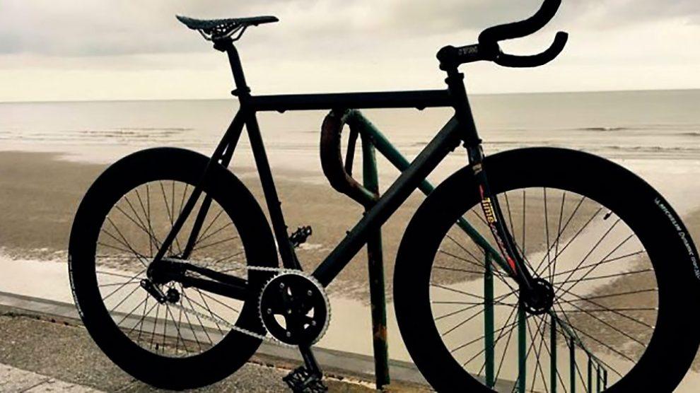 Réalisation d'un vélo fixie noir mat appelé L'étoile du Nord