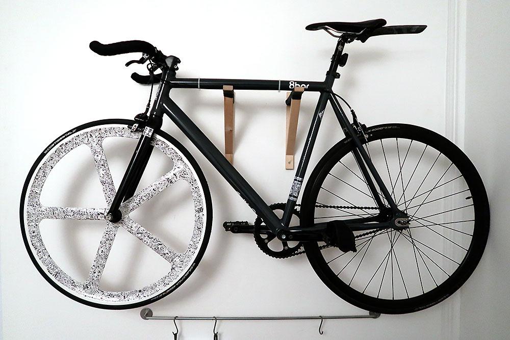 Magnifique customisation graphique d'une roue de vélo Aerospoke