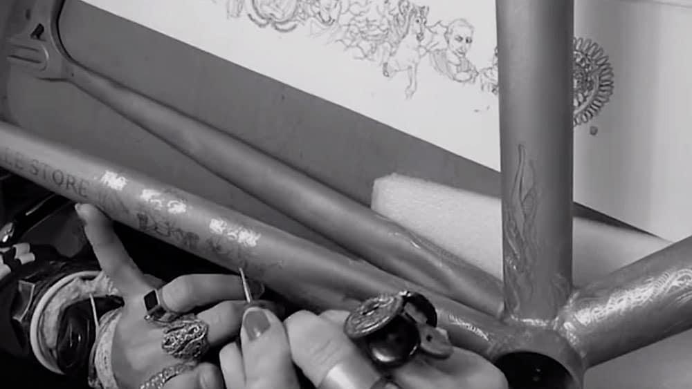 Vidéo gravure sur cadre de vélo Cinelli Gazzetta par Chrystelle Desmurger