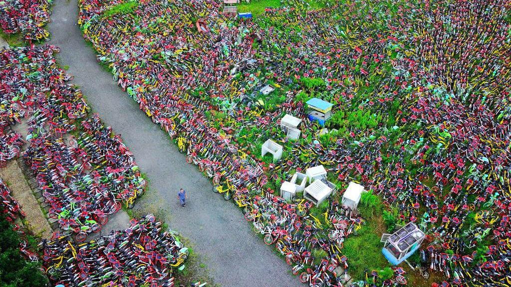 Plus de 23000 vélos de location abandonnés en Chine, un réel problème !