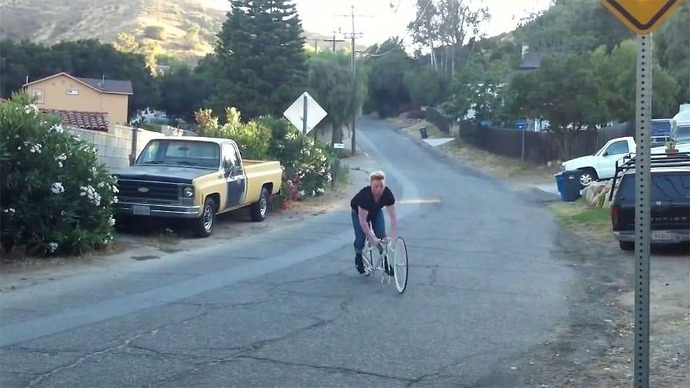 Vidéo insolite d'une jolie cascade avec un vélo fixie