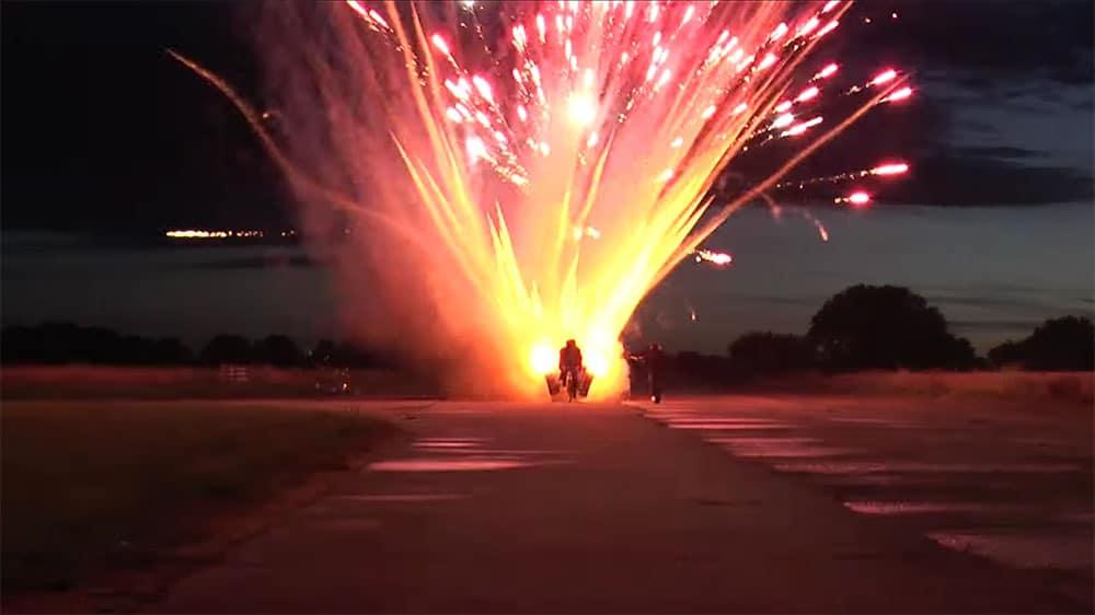 Vidéo insolite, il installe 1 000 fusées sur son vélo !