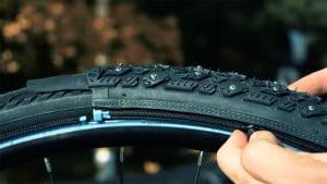 eTyre, des chaussettes à clous de pneus de vélo pour la neige