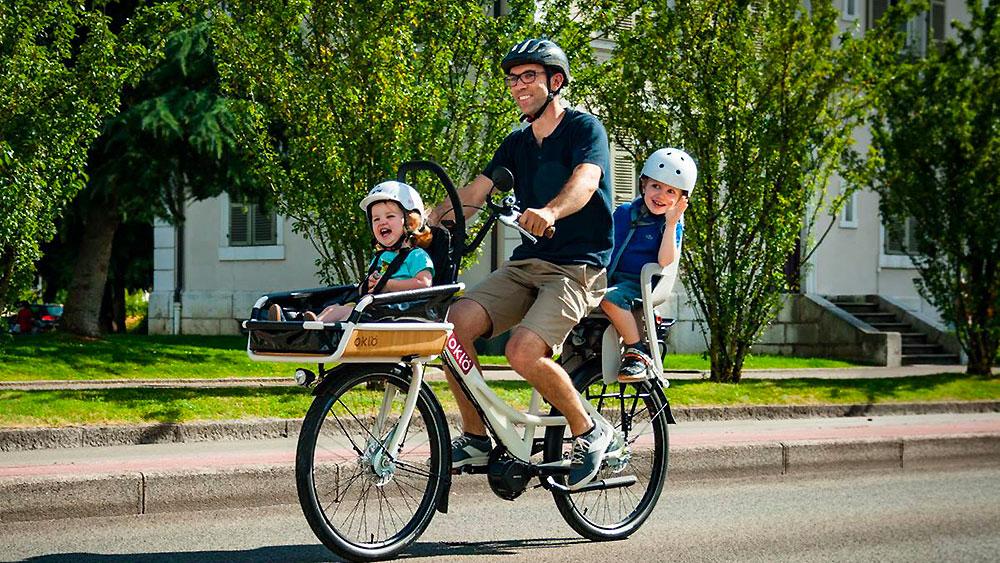 Vélo urbain blanc cargo Oklö, un vélo compact et robuste